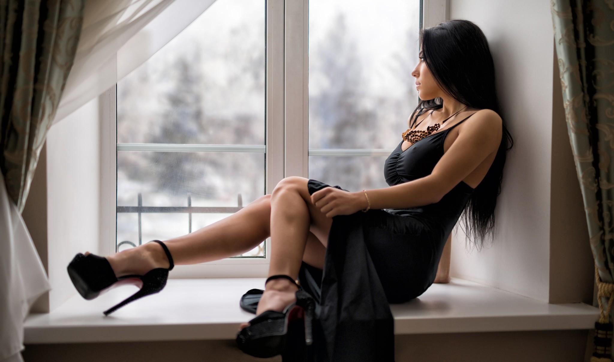 Жгучая брюнетка с красивыми ножками — 13