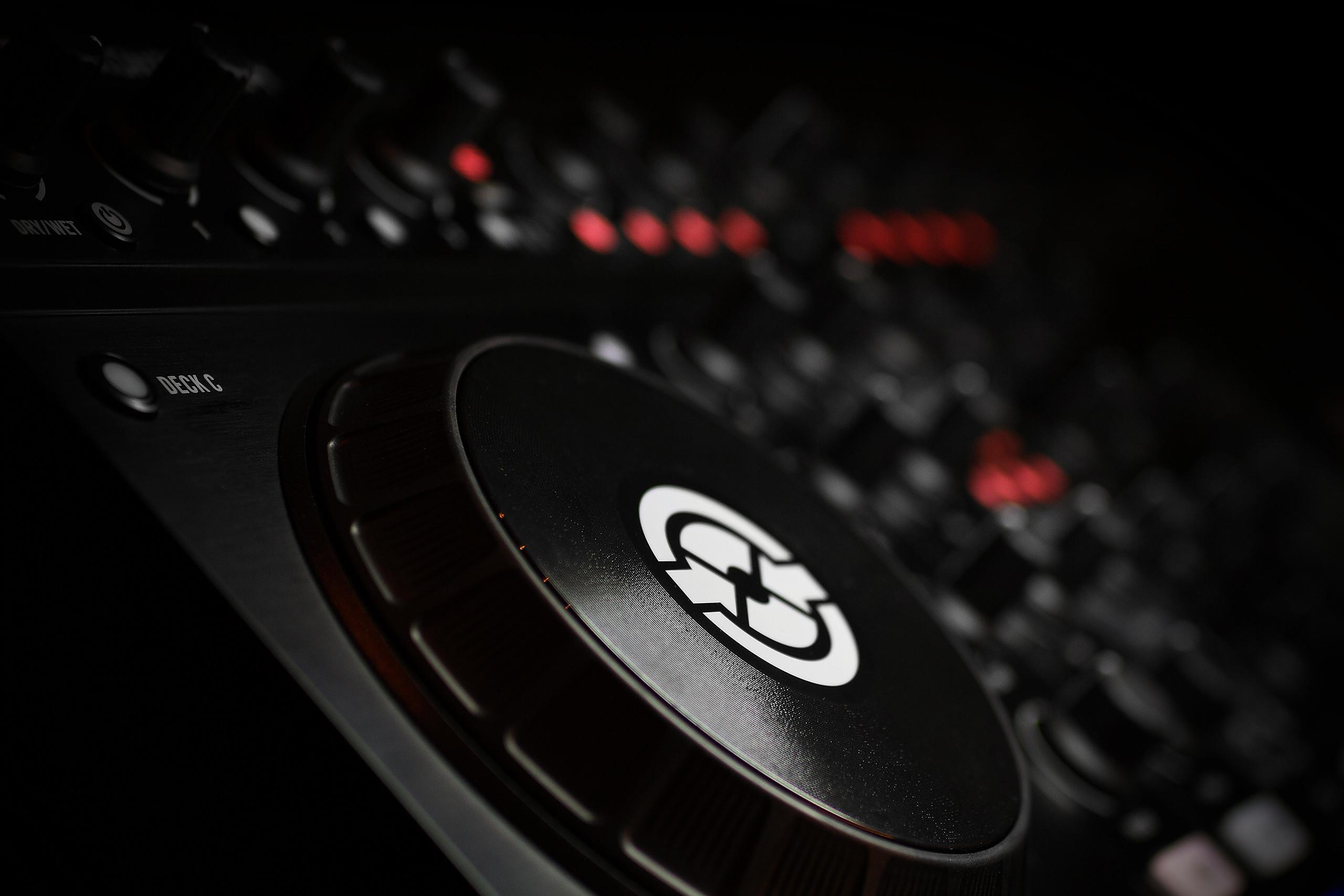 Native Instruments TRAKTOR KONTROL Z2 2 2 channel control mixer ...