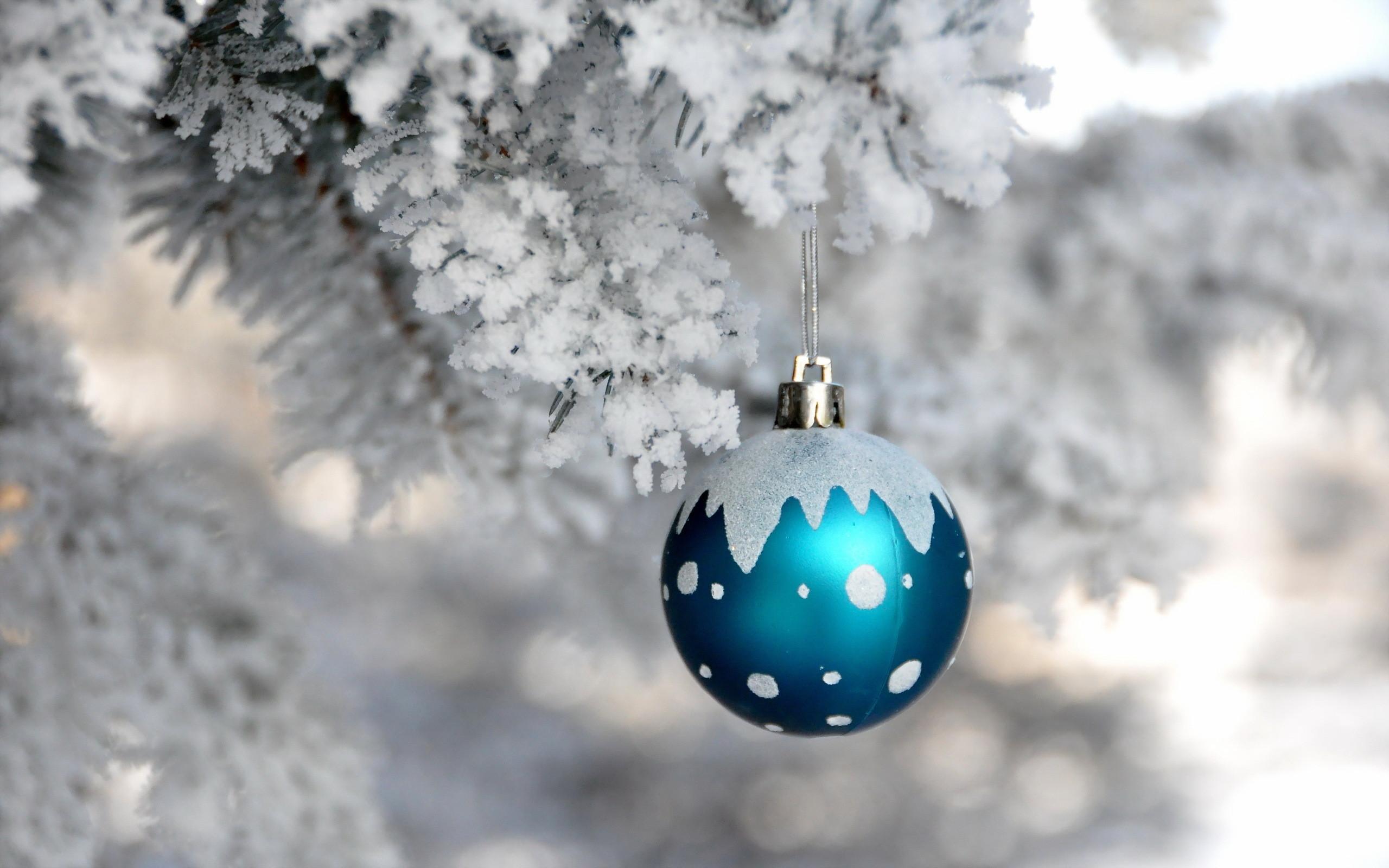 Free Christmas Lantern Light On Snow Computer Desktop Wallpaper