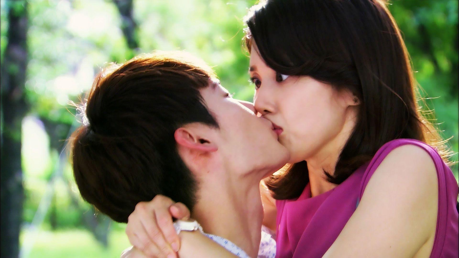 boy-kissing-a-girl-hot