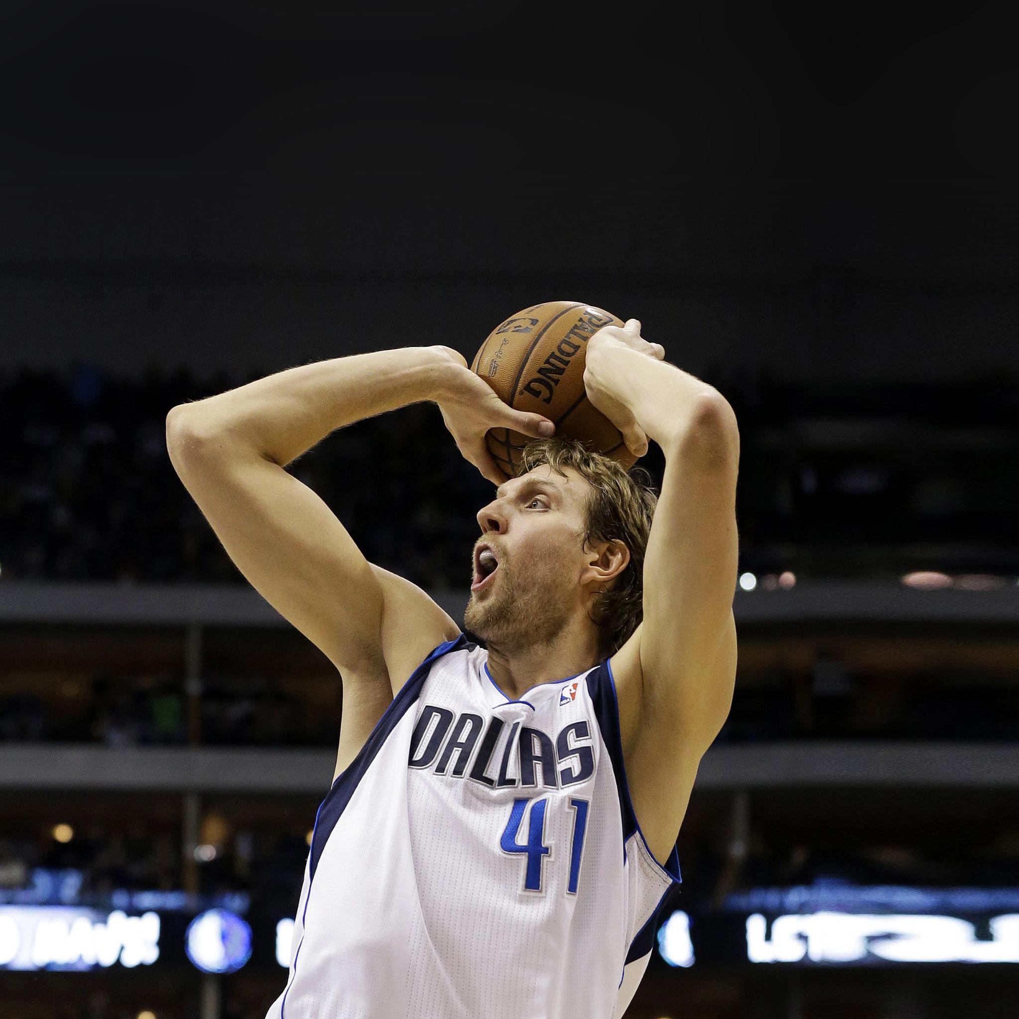 Dirk Nowitzki Würzburg 19 juni 1978 is een Duitse beroepsbasketbalspeler die uitkomt in de NBA Hij speelt voor de Dallas Mavericks De Duitser is 2m13 groot en