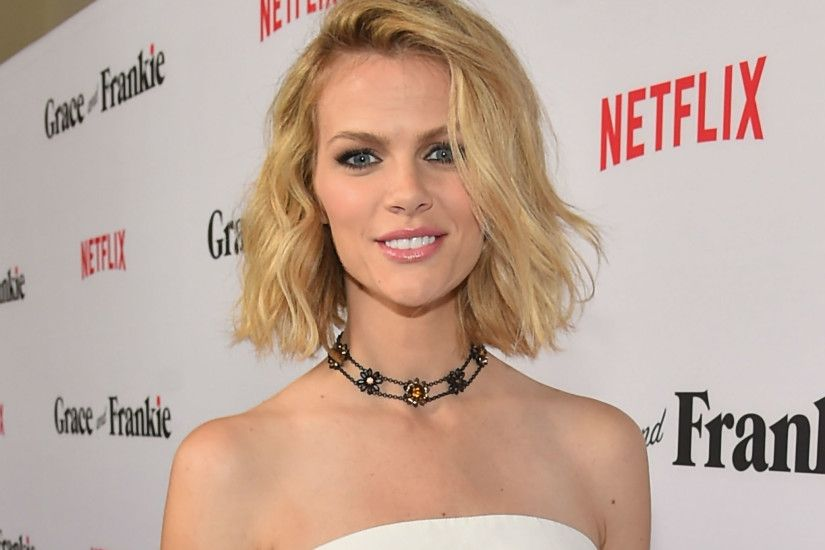 Brooklyn Decker blames 'mom brain' after wrongfully accusing Sports  Illustrated of Photoshopping cover | The Independent