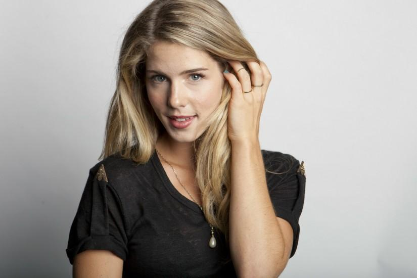 The 23-year old, 165 cm tall Emily Bett Rickards in 2015 photo