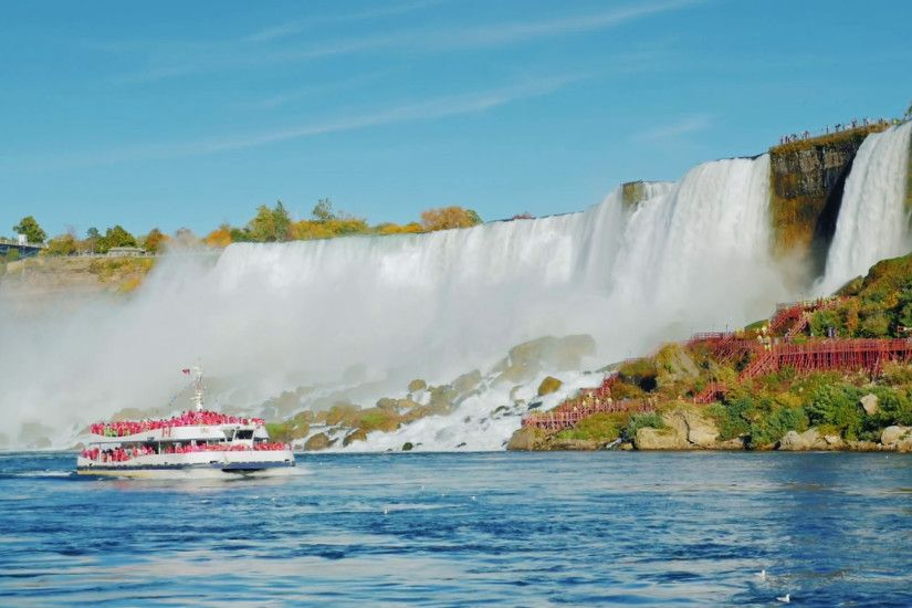 NIAGARA FALLS, NY - OKTOBER 20, 2016: Boat with tourists floats on the  background of Niagara Falls. Bottom view of the waterfall. Slow-motion  video Stock ...