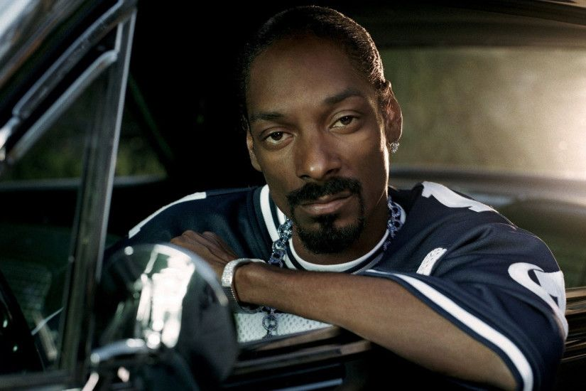 Preview wallpaper snoop dogg, afro-american, chain, car, cabin 1920x1080