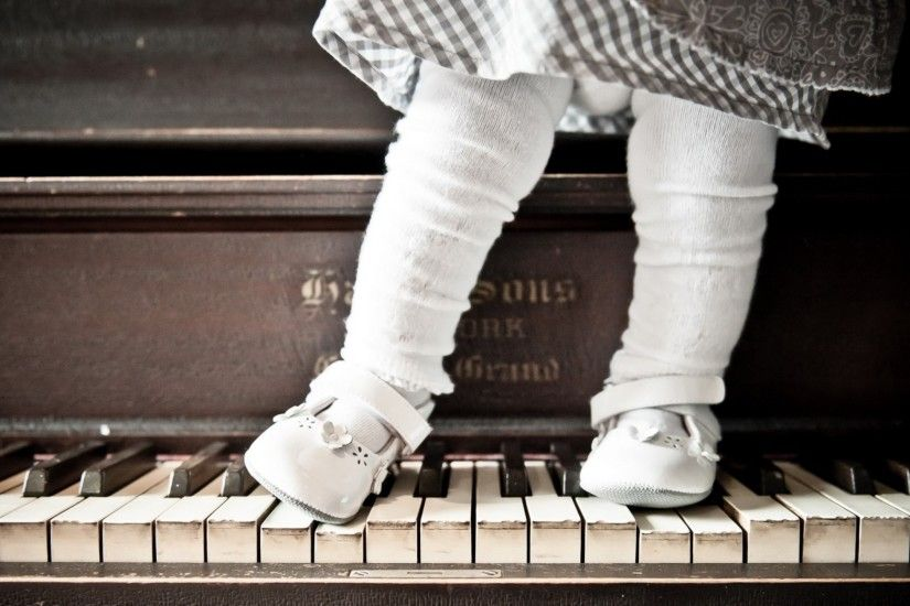 Preview wallpaper piano, girl, background 2560x1440