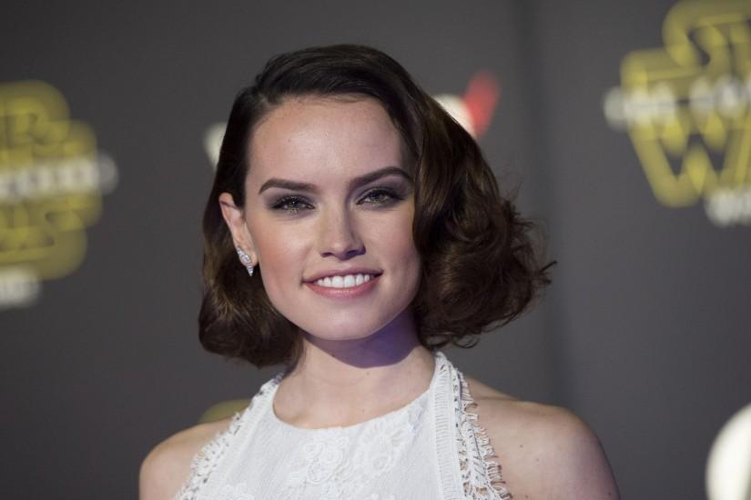 2500x1688 Wallpaper daisy ridley, actress, smile, face