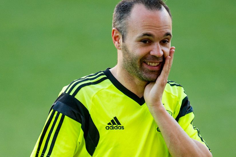 Andres Iniesta has now 700 appearances for Barcelona (official +  friendlies).