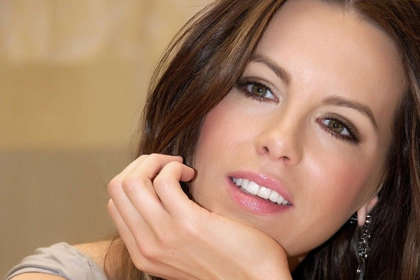 Preview wallpaper kate beckinsale, beautiful, smile, face, hand 3840x2160