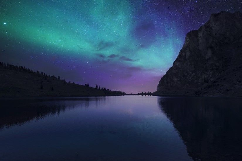 Aurora reflecting in the lake wallpaper