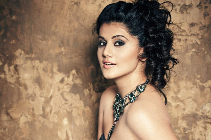 Taapsee Pannu Face Close Up Photos - Lovely Beautiful Facial Expression of Bollywood  Actress