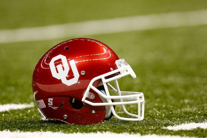PHOTO: University of Oklahoma Sooners helmet is seen on the field, January  2, 2014. - ABC News