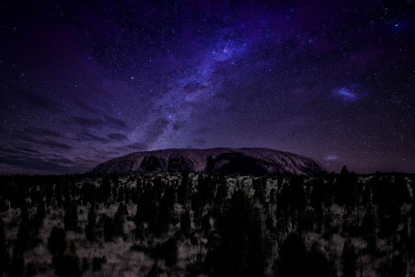 STARRY NIGHT SKY ABOVE THE AYERS ROCK WALLPAPER. |Download Full Size|