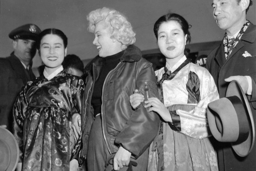 Marilyn Monroe meets Korean actress Choi Eun-hee -who is on her right-