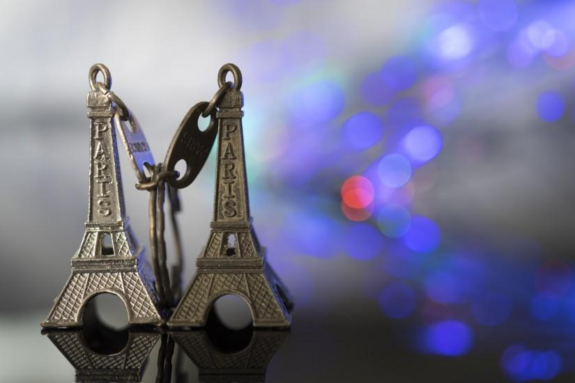 Preview wallpaper eiffel tower, keychain, paris, close-up 1920x1080
