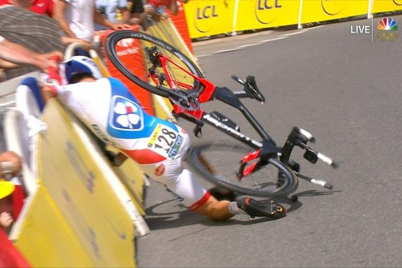 Jérémy Roy falls victim to the treacherous corner during Stage 18