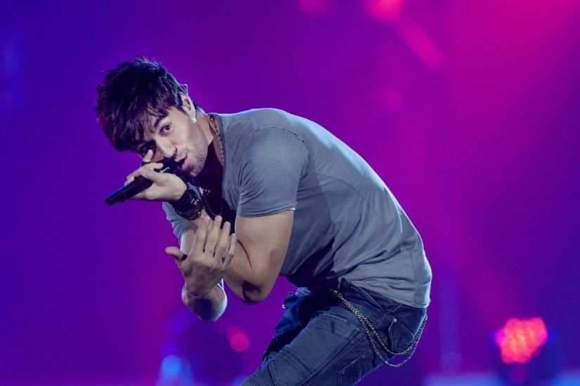 Download now full hd wallpaper enrique iglesias scene t-shirt jeans singer  ...