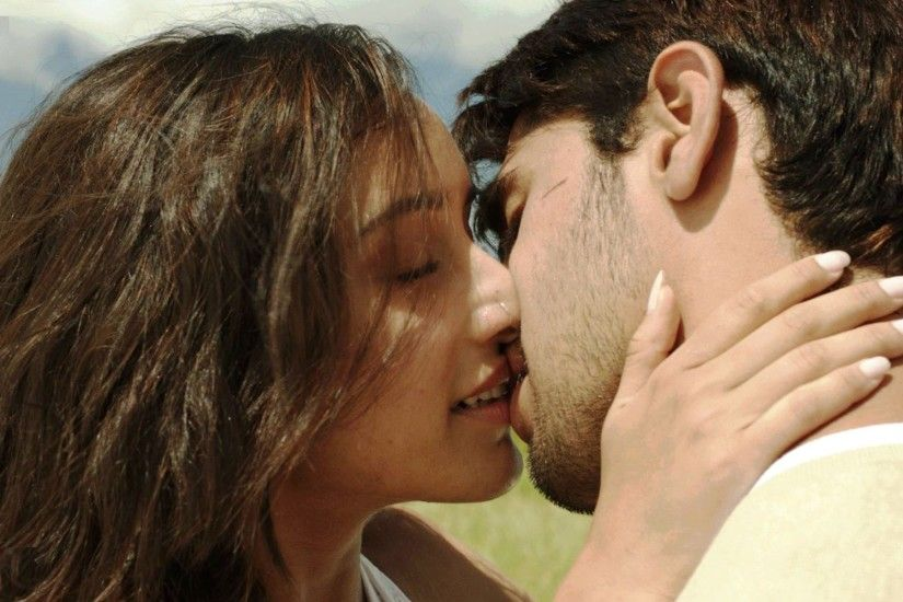 Shraddha Kapoor kissing wallpaper