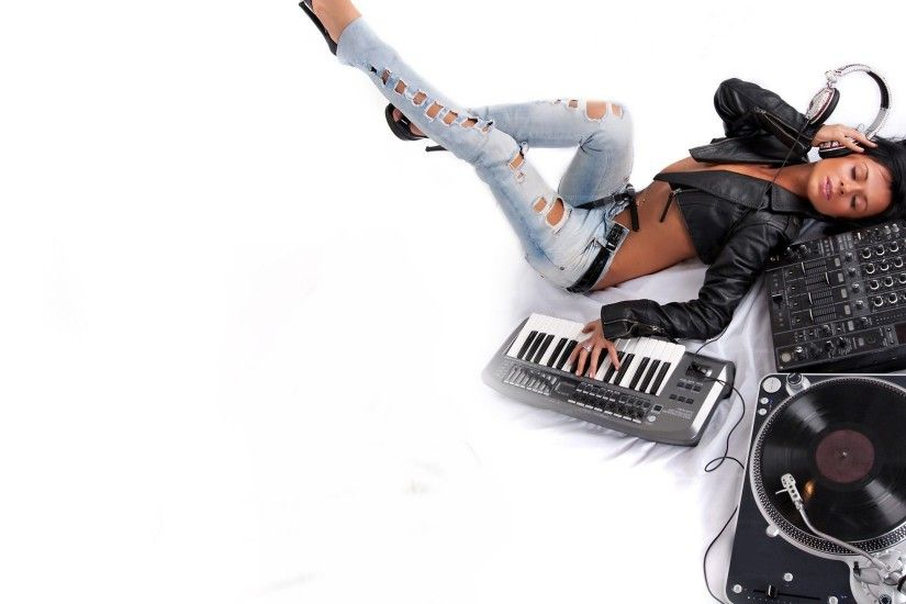 f5bd1c7d_890c31bf_girl-vinyl-synthesizer-headphones-hot-dj-hd-wallpapers-