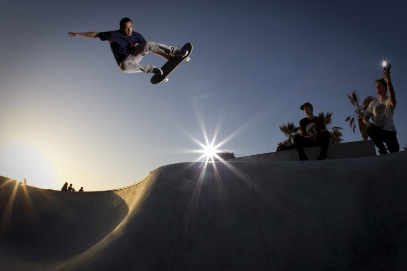 Men Having a Great Time in Skateboarding, Lights Are Turned on to Continue  with the Play – HD Skateboarding Wallpaper