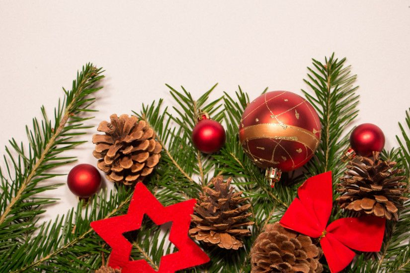Red Christmas ornaments on fir wallpaper