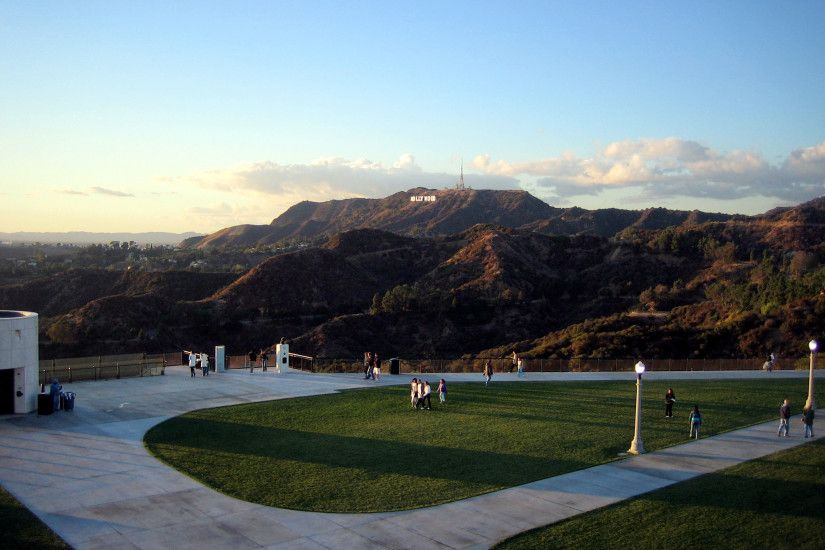 Datei:Griffith Observatory entrance lawn with Hollywood sign.jpg