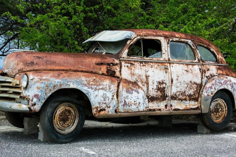 UltraHD wallpaper icon Broken rusty vintage car on bricks wallpaper