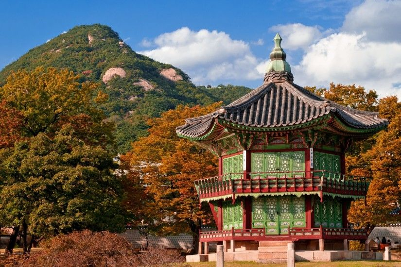 Autumn leaves at Gyeongbok Palace, Seoul, South Korea