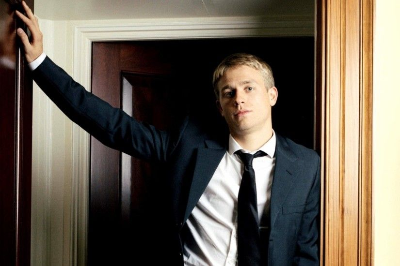 2048x1152 Wallpaper charlie hunnam, actor, room, style