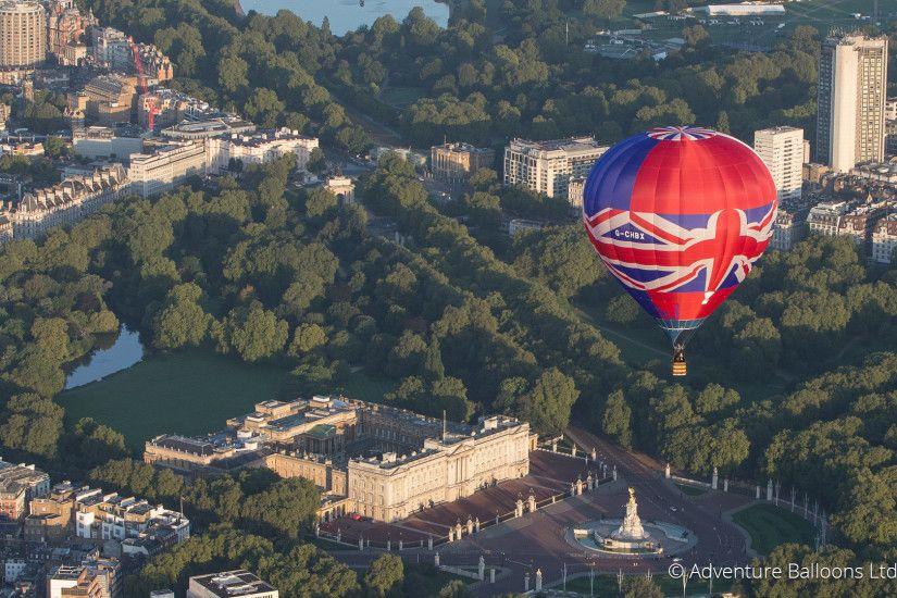 Union jack balloon over Buckingham Palace Wallpaper