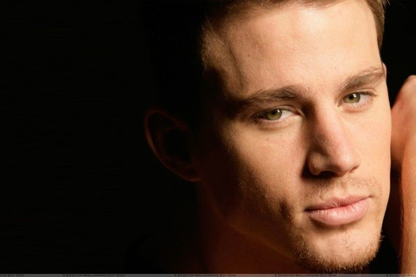Channing Tatum Kissing a Man | Channing Tatum Smart Face Closeup At Black  Background