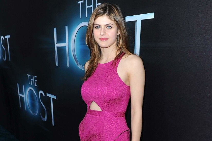 alexandra-daddario-hd-wallpaper