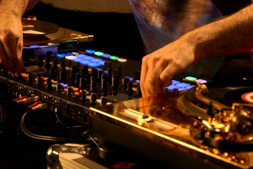 DJ Shiftee, two turntables, and the power of TRAKTOR KONTROL S8 | Native  Instruments - YouTube