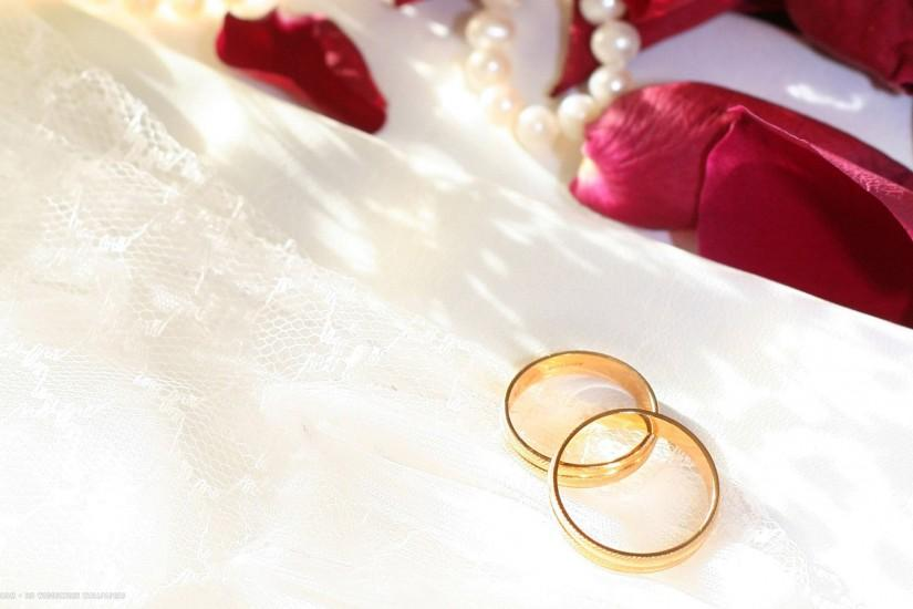 wedding rings gold simple white pearls