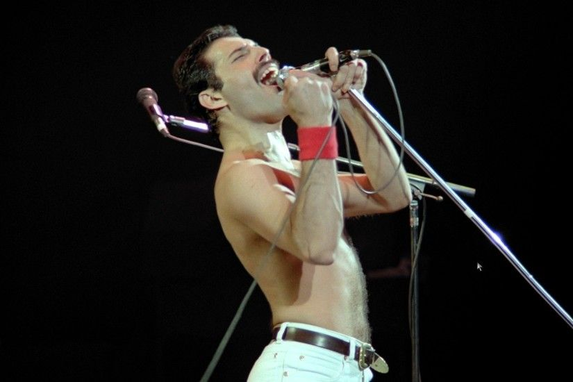 Freddie Mercury on stage, Freddie Mercury on stage without shirt