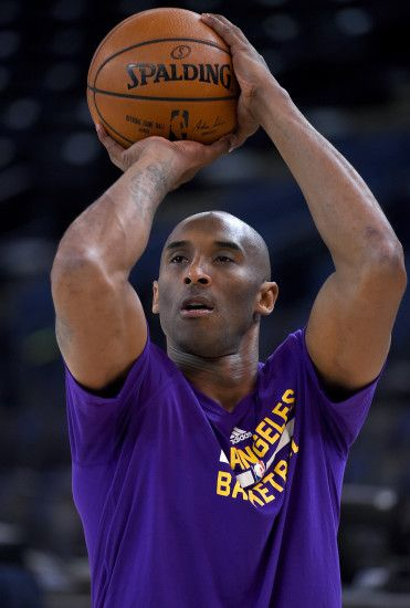 OAKLAND, CA - NOVEMBER 24: Kobe Bryant #24 of the Los Angeles Lakers