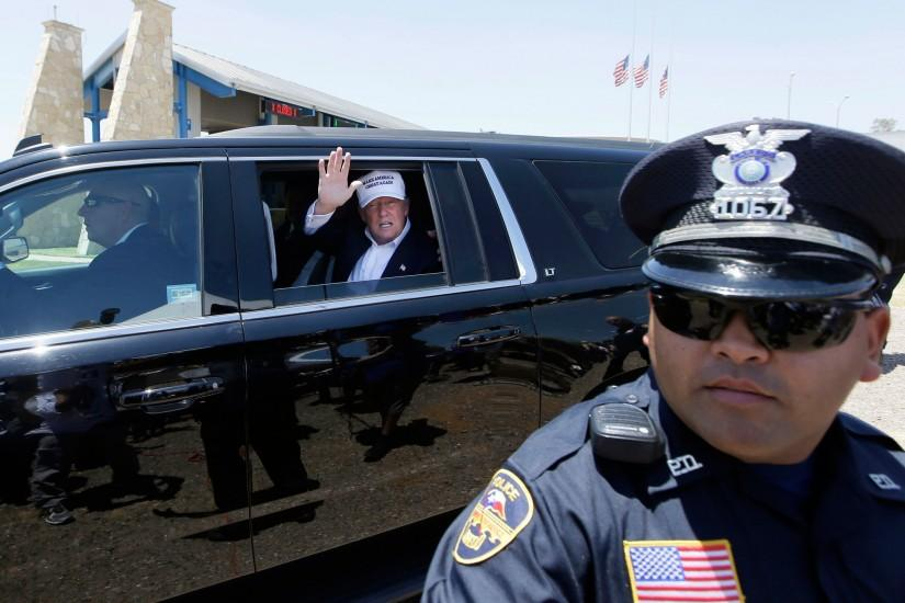 Donald Trump at US-Mexico border: Tycoon jets in to Laredo 'to make America  great again' but only manages to block the traffic | The Independent