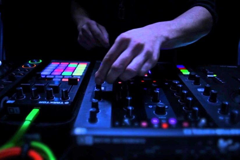 TRAKTOR KONTROL Z2: Sneak Preview of the 2+2 Control DJ Mixer | Native  Instruments - YouTube