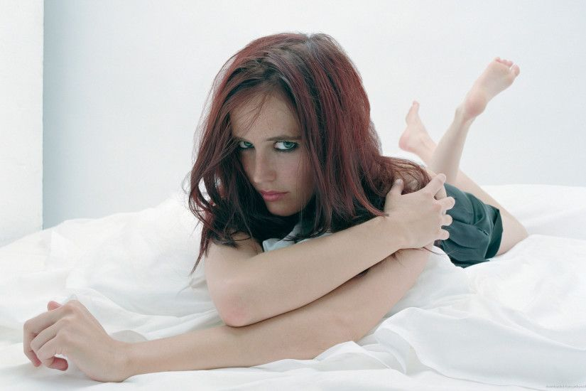 Eva Green with messy hair frowns on a bed for 2560x1600