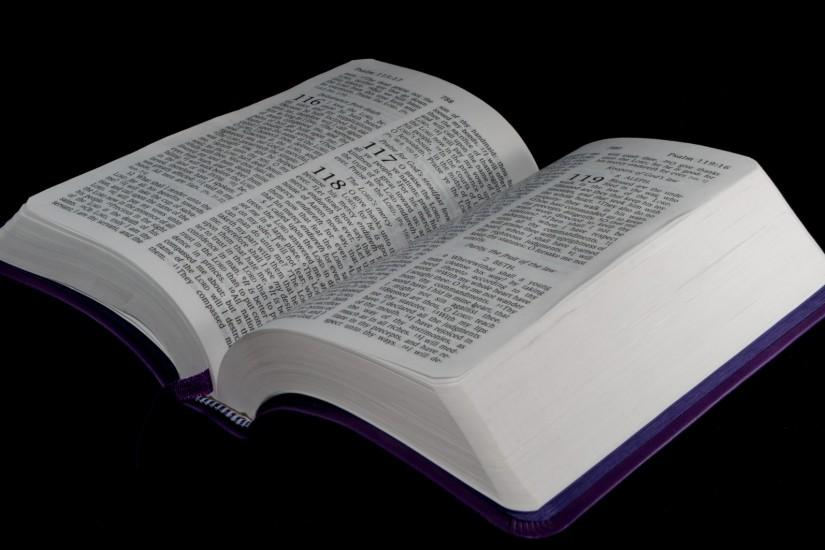 ... Bible Open To Psalm 118 ...