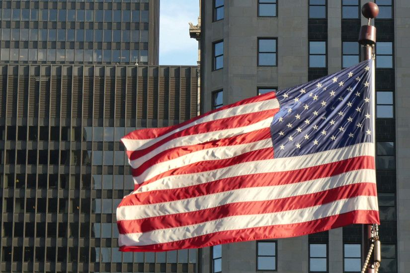 Cinematic United States Flag Waving on Chicago at Sunset. Flagstaff on the  Golden Mile in Chicago city center. American flag waving in the Windy City  of ...
